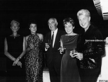CasaCumpleaños de la cantante Pía Beck (a la dcha.), en su chalé Los Geranios, Benalmádena-Costa, 1966. Pía era propietaria del bar The Blue Note, en el pasaje Begoña. Cedida por Gino Felleman de pia beck